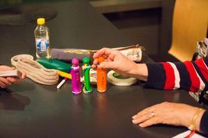 Kortlek, färgpennor, och tejp, så att brickorna sitter fast, tillhör rutinen en vanlig bingokväll i Scaniarinken.