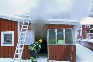 När räddningstjänsten kom på plats fick man  ta sig in i huset och söka av och lokalisera branden.
