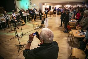Som avslutning reser sig alla och sjunger Jämtlandssången.