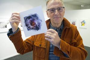 Jostein Skeidsvoll med en av sina bilder i miniversion.