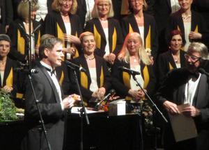 Mats Ottesen sjunger själv i Sundsvalls Kammarkör och är riksspelman med såväl fiol som spilåpipa och diverse andra instrument som uttrycksmedel.