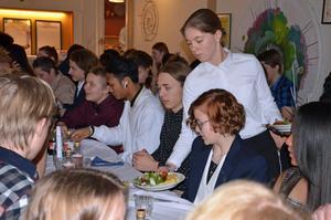 Här blir Ella Pettersson serverad varmrätten, som bestod av kycklingspett och potatiskaka.