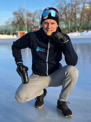 Adam Axelsson med sitt första, efterlängtade individuella SM-guld – hela sex år efter att han för första gången fick kliva upp överst på en SM-pall som senior när han som 16-åring var med och tog guld med SK Winners lagtempolag. Foto: Magnus Axelsson