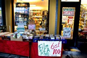 """Säljer. Det är böckerna som Tommy Örtberg brinner för, men det är tv-spelen och dvd-filmerna som får butiken att gå runt. """"Helst skulle jag bara vilja ha böcker, men de står bara för 15 till 20 procent av försäljningen"""" säger han."""
