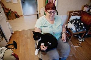 Får möta många. Ingrid Gustafsson får hjälp tre gånger om dagen av hemvården. Hon tycker att det                                                  kommer för många olika personer för att det ska kännas tryggt. Foto: Veronika Ljung-Nielsen