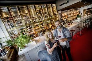 En jättevinkyl väl synlig inne på restaurangen - varför inte, tänkte Jakob Barmousa, som äger Amici plokk, här med sommeliern Karina Tholin som är ansvarig för inköp av dryckerna.