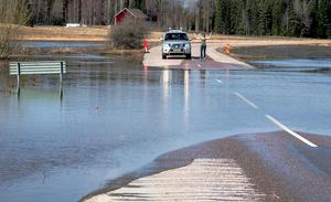 April, och vårflod. Strandad trafikant utanför Möklinta. Foto: Kenneth Friberg