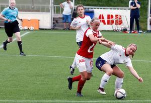 Wilma Gustafsson i Selånger och Nellie Johansson i Sandviken kämpar om bollen.