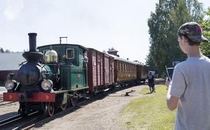 Albin Blom från Storvik är tågintresserad och brukar åka till Jädraås om helgerna. Här spanar han in lok nummer 9, Tallås.