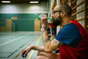 Larsa Bondén dricker en slurk vatten medan han vilar.