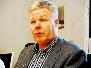 Kommunalrådet Leif Lindström förnekar att han försökt misskrediterat partikamraten Frida Holmgren.