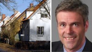 Hans Eklind, Kristdemokraterna, visar varför det var ett bra beslut att ta bort fastighetsskatten. Bilden är ett montage.