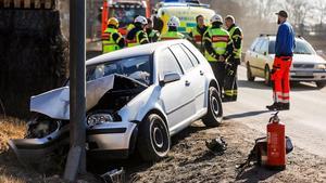 Det är ännu oklart hur det kom sig att bilen körde in i stolpen.