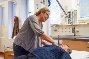 Pernilla Ellert Berglund tränar traumavård på kollegan Kajsa Gustafsson på Hudiksvalls sjukhus.