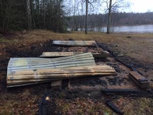 Omklädningsrummet vid Venenbadet i Enåker brändes ner i samma veva som anlagda bränder uppstod i Sala och Möklinta.