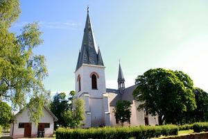 Kastalen, med tjocka väggar, har inte alltid haft det spetsiga, nygotiska tornet – den, såväl som kyrkan, byggdes om på 1880-talet.