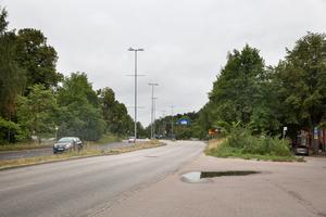 """Smalare gaturum, kollektivtrafikfält, fler riktiga korsningar, trottoarer, trädplanteringar och byggnader vid trottoarerna föreslås för att förändra karaktären på Nyköpingsvägen. """"Stadsmässig miljö är en bristvara i Södertälje i dag men det krävs mycket för att skapa det"""", säger Johan Filipsson."""