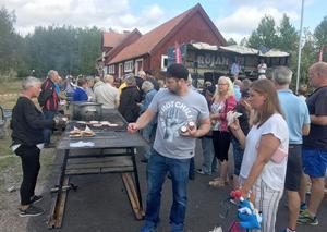 Det var rykande åtgång på hamburgare och kolbullar. Foto: Lennart Mattsson