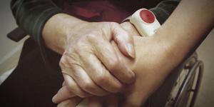 """Vid besök hemma hos åldringarna passade kvinna på att """"låna"""" åldringarnas kontokort. En åldrig kvinnas kontokort använde hon 113 gånger under ett par månader 2017 och döms att betala 319 129 kronor i skadestånd till kvinnan."""