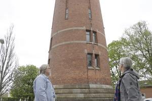 Kalle och Birgitta bodde i den övre av de båda lägenheterna, den med fönstren en bit upp på tornet vid kalkstensringarna.