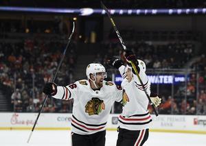 Adam Boqvist jublar tillsammans med svenskkollegan Erik Gustafsson efter sitt första mål i Chicago-tröjan.