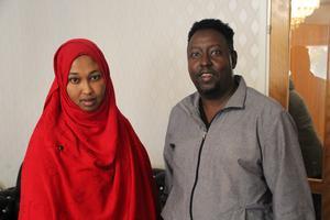 Barluun Ali och Jaalud Mahamad Hassan är föräldrar till Mohammed och hans fem syskon. Båda studerar vid SFI under dagarna.  De berättar att Mohammed två gånger ramlat omkull och blivit liggandes på golvet i väntan på att hemtjänsten ska komma.