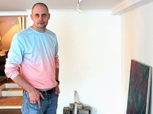 Konstnären Jakob Ojanen är aktuell med en ny utställning på Kaz Galleri.