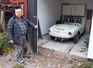 Bakom garageporten gömmer sig en riktig raritet, här har Börje Johansson parkerat en VW från 1960 med en plastkaross som tillverkades i ett tiotal exemplar i i Göteborg  i skiftet 50/60-tal.