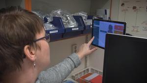 Hammarstrands medicinska sekreterare Linda Karhu visar den nya tekniken.