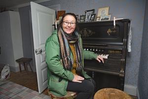 Den här orgeln har jag fått av Gunnar Karlsson i Torsberg. Orgeln var det enda man hann rädda när Skattlösbergs skola brann, berättar Maria Norgren.