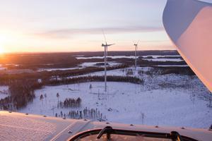 Vindkraftverk i solnedgång.
