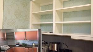 Köket före och efter renoveringen som boende utförde. Porslin, bestick och möbler är skänkta till återvinning och secondhand i Kungsör. Tapeterna har boenden satt upp och målat kaklet. Nedre bilden foto: Privat.