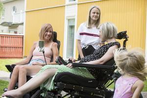Fia Román och Sara Grundtman, med döttrarna Tea och Freja.