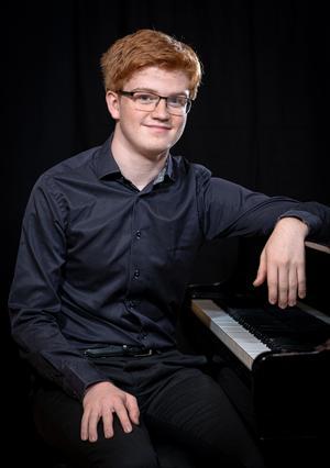 17-åringen drömmer om att i framtiden bli konsertpianist och hoppas att vinsten i tävlingen kan ge honom en skjuts i karriären. Foto: Pressbild Vänersborgs kommun