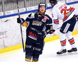 ...och tvillingbror Nils Eriksson stod för för arbetet till Marcus Andersson 5–2-mål.