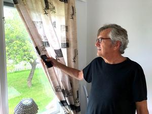 Från sitt nya köksfönster kan Janne Andersson se över gatan till sin gamla tomt, där huset som brann stod. Nu har en bekant till hans son köpt tomten och ska bygga.