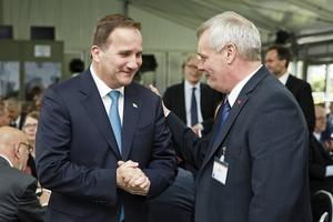 Stefan Löfven (S) hälsar på sin finländske partikamrat Antti Rinne som spås bli nästa finländska statsminister.