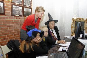 Inga mugglare i släkten, konstaterade Emma Sund, Julie Holmqvist och Signe Waldebrink. Åke Dahlqvist från Västra Mälardalens släktforskare hade koll på registren.