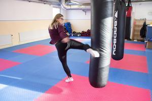 Thaiboxning innebär att man står upp och främst ägnar sig åt slag- och sparkkombinationer. Den som deltar på självförsvarskursen kommer istället få ägna en hel del tid med magen och ryggen mot mattan.
