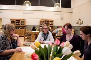 Från vänster Kerstin Karlsson, Tina Hansson, Emelie Lindbom  och Carola Svanberg. personal inom hemtjänsten och LSS som under tisdagen diskuterade vilka arbetskläder som passar bäst för dem sett till funktion, färg och prislapp.