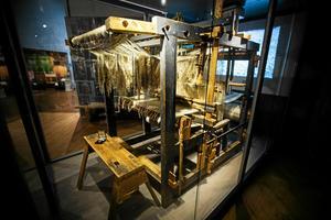 Textilarkivet är numera flyttat från Sollefteå till Härnösand. Här den legendariska damaskväverskan Emma Wibergs vävstol.