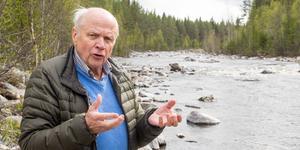 Helge Jonsson, ordförande i Långå fiskevårdsområdesförening, vid den sträcka av Ljusnan som restaurerats med stenar, bröte, strömriktare och annat som förbättrar för fisken.