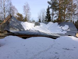 Taket till dansbanan och scenbyggnaden rasade in under påskhelgen. Foto: Privat