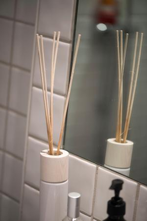 Doftpinnar kan alltid stå framme i badrummet för en fräsch atmosfär.Foto: Fredrik Sandberg / TT