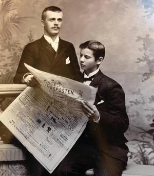 V. Hugo Wickström (till vänster) och okänd kollega läsandes Jämtlandsposten.