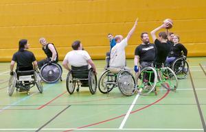 Varje tisdagskväll träffas ett gäng rullstolsanvändare, både killar och tjejer, på Lugnet för att träna basket. Ännu så länge har de inte tränat tillräckligt mycket för att tävla i något seriespel men hoppas göra det längre fram.Foto: Jon Norberg