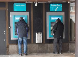 Det är inte längre långa köer till bankomater och andra uttagsautomater runt om i Sverige. Uttagen i bankomaterna minskade med 15 procent mellan första halvåret i år och andra halvåret 2017. Foto: Fredrik Sandberg / TT