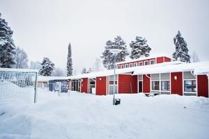 Den höga delen av låg- och mellanstadieskolan i Backe har drabbats av omfattande fuktproblem.