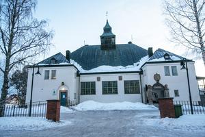 Den rådhuslika byggnaden i Strömsund där de lokala poliserna har sin station och där det är tingshus, men inte längre någon tingsrätt. Liknar ett rådhus. Tingshuset uppfördes av Hammerdals tingslag 1909 till 1911.