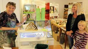 Eva Magnusson serverar den nya glassen till Laura Doj och hennes moster Lena Stigsdotter.